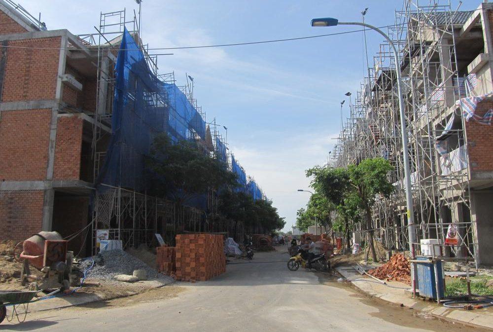 Nhà phố xây thô hút khách mua
